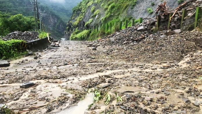 影/高雄山區強降雨達紅色警戒 土石滑落影響通行