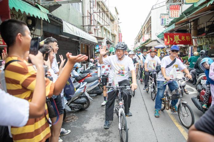 台北市長柯文哲南下台南騎腳踏車進行公廟拜訪。
