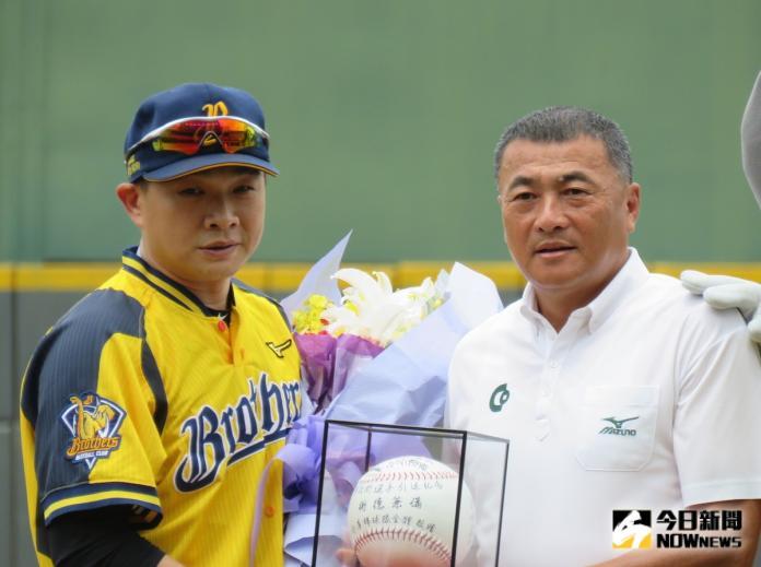 中華職棒/抗韓教頭許順益贈合庫簽名球 讚恰恰是典範