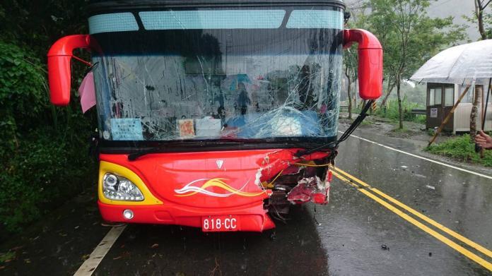 大陸遊客遊覽車阿里山公路發生車禍 司機、乘客11名送醫