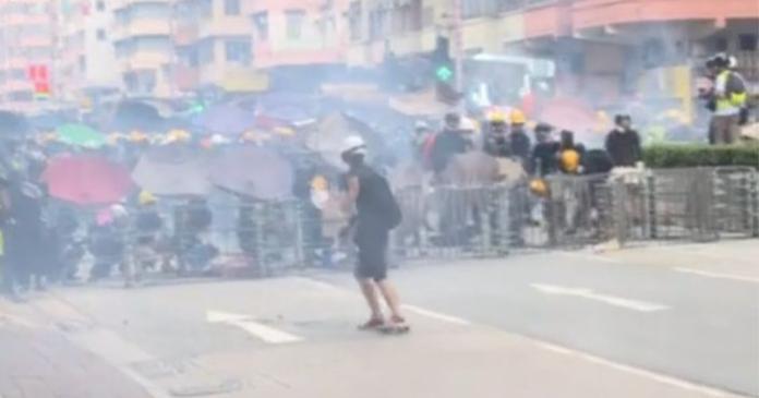 ▲防暴警察在深水埗施放催淚彈(圖/截自NOW新聞直播)