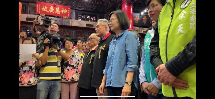 國民黨前立委陳宏昌(蔡英文右手邊者),在接待來湧蓮寺祭拜的蔡英文時,除了支持蔡英文連任,還酸韓國瑜整天喝酒,引來藍營基層不滿。 (圖/記者吳承翰攝影)