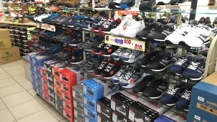 ▲ 不少網友認為,jump 的鞋子,好穿又不貴,CP 值很高。(圖/翻攝自鞋全家福金門店臉書粉專)