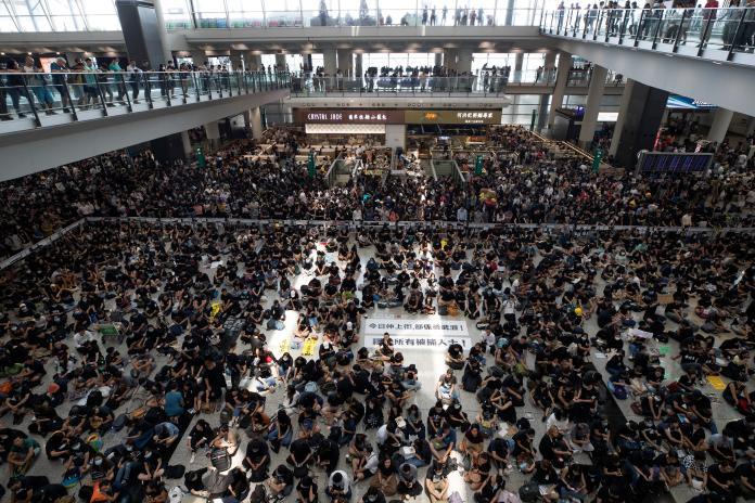▲香港機場仍有許多反送中抗爭群眾聚集。(圖/美聯社/達志影像)