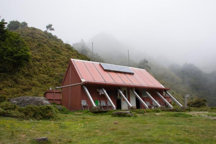山屋供人避難與休憩用,是山友過夜時的重要旅宿設施,圖為拉庫音溪山屋。 (初聲/何承蔚提供)