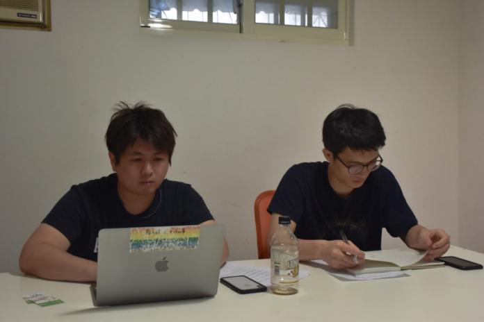 工作中的迷走製作人張少濂(左)與設計師鄧傑民(右)(初聲/謝德瑾攝)