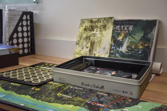 迷走工作坊今年初剛推出的桌遊「高雄大空襲」,集資開跑十八分鐘就達標五十萬元。(初聲/謝德瑾攝)