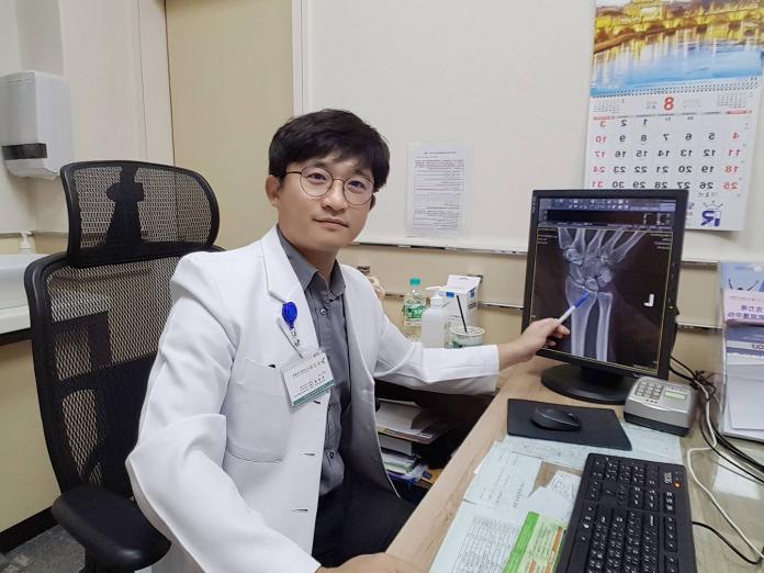 ▲骨科主任朱柏榮以關節鏡微創手術,治療婦人腕關節內病兆。(圖/活力得中山外科醫院提供)