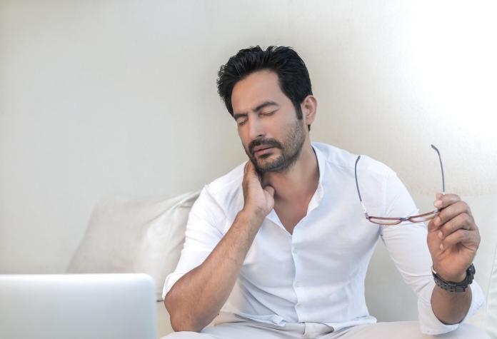 ▲低頭族常見的肩頸症狀,過去多在老年才會發生。(示意圖/取自 Pixabay )