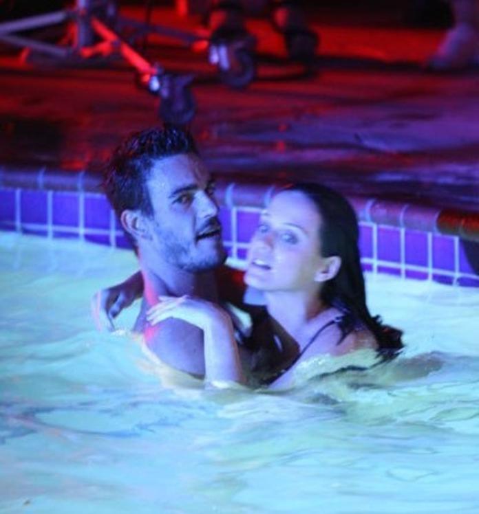 ▲喬許克羅斯(左)和凱蒂佩芮合作MV有許多親密動作。(影片截圖)