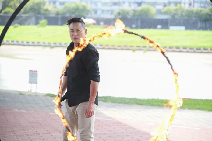 <br> ▲江宏恩在劇中還要跳火圈。(圖 / 三立提供)