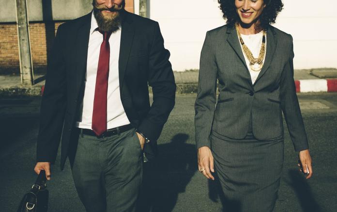 ▲銀行員工外表光鮮亮麗,是許多人嚮往的工作。不過就有過來人指出,真的不要被騙了!(圖/取自 Pixabay )