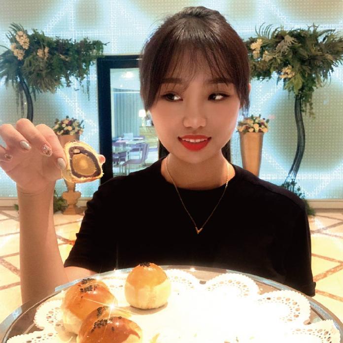 ▲台中林酒店的「月舞樂林」蛋黃酥禮盒,豆沙是採用屏東萬丹紅豆熬製,飽滿鬆軟。(圖/台中林酒店提供)