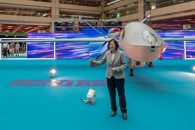 ▲蔡英文總統與「騰雲」大型無人機合影。(圖/總統府提供)