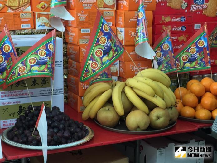 ▲中元普渡將至,不少人都會準備供品祭拜好兄弟。(圖/NOWnews資料照)