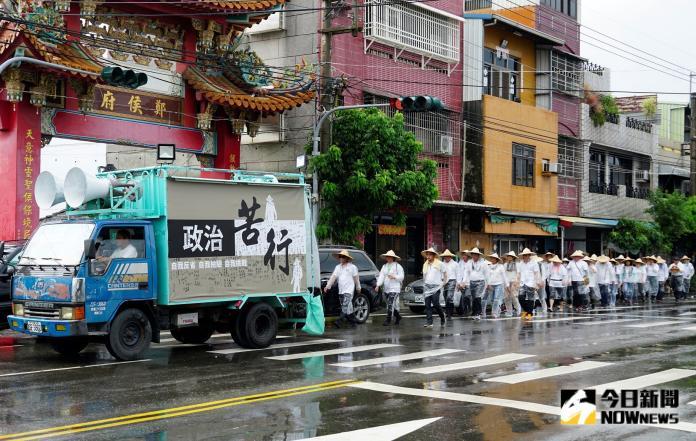 影/苦行3百里抗中保台撐香港 <b>義民廟</b>前點燭光反送中