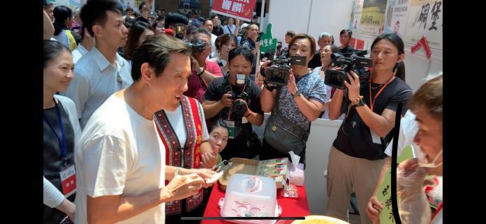 馬英九出席長濱米行銷記者會,逛攤位時,他試吃還跟攤商要求再來一碗。 (圖/記者吳承翰攝)