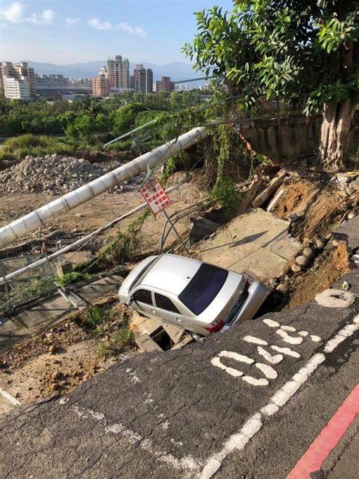 <br> ▲泰山區南林路、靠近明志科大附近的道路,有大面積坍塌狀況。(圖/翻攝自「ㄨㄚ是泰山人」臉書)