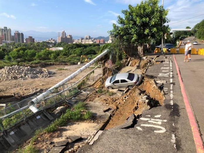 ▲泰山區南林路、靠近明志科大附近的道路,有大面積坍塌狀況。(圖/翻攝自「ㄨㄚ是泰山人」臉書)