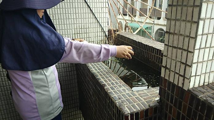 ▲水槽、花台阻塞無法排水,易孳生病媒蚊。(圖/台南市登革熱防治中心提供)