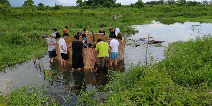 尋妖小旅行來到花蓮,在捕魚祭體驗部落傳統的捕魚方式。台北地方異聞工作室_提供