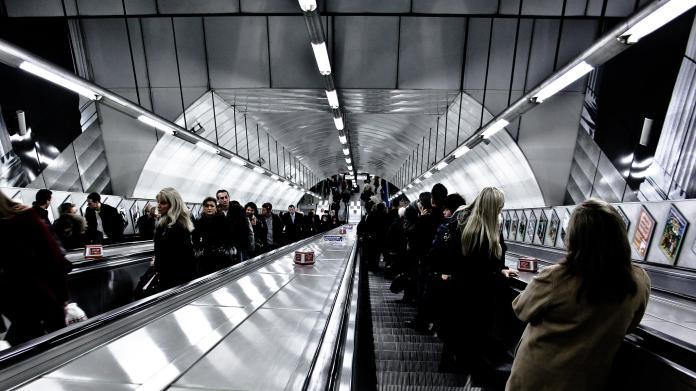 ▲許多民眾在搭乘大眾交通運輸工具時,都會搭乘手扶梯。(圖/取自