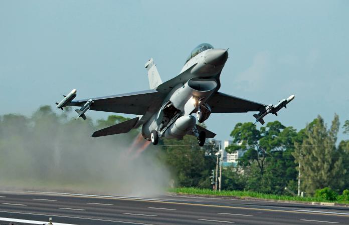 ▲美國批准售給台灣 F-16V 一事,讓中美台關係再度緊張。資料照。(圖/美聯社/達志影像)