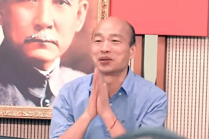 韓國瑜直到會議進行25分鐘之後,才快步走入會場,韓雙手合十朝在場人員鞠躬致歉。(圖 / 翻攝網路影片)