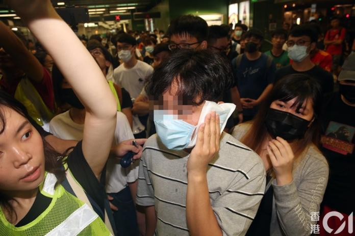 ▲有示威男子稱遭到港鐵人員打傷。(圖/翻攝自香港 01 )