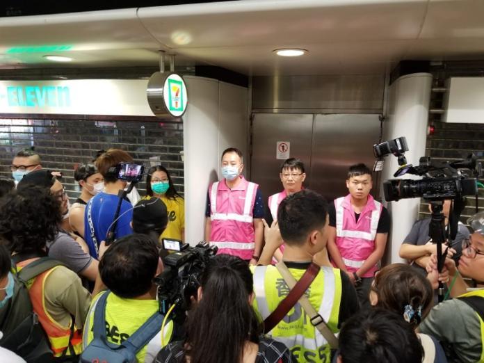 ▲港鐵葵芳站工作人員擋住門口拒絕示威者進入搜人,表示要由警方處理。(圖/翻攝自東網)