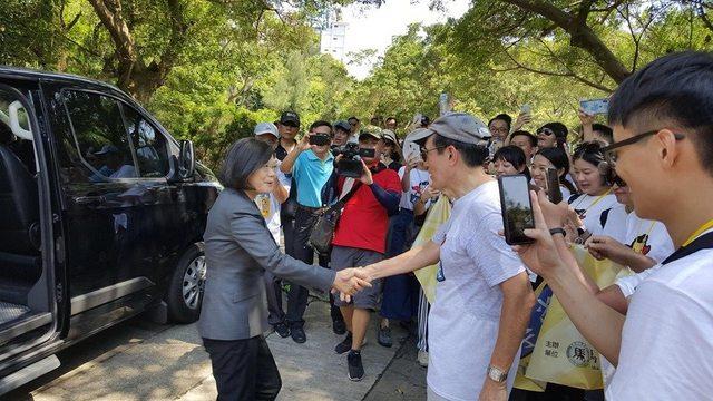 今( 23 )日總統蔡英文前往金門太武山忠烈祠,出席「八二三61周年中樞紀念儀式」。恰好遇見前總統馬英九