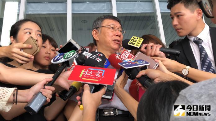 ▲台北市長柯文哲,在郭柯王三方同框後,繼續進行市政行程並接受媒體訪問。(圖/丁上程攝, 2019.8.23)