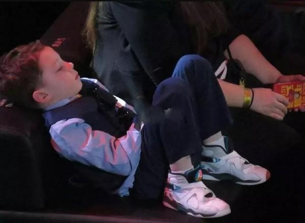 <br> ▲加文湯馬斯因為活動勞累,而癱倒在椅子上。(圖/取自微博)