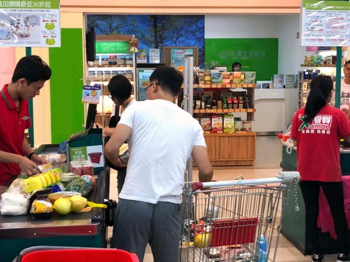 ▲白鹿颱風逼近,量販店出現採購人潮,店家也增加備貨,像生鮮商品就增加2倍。(圖/愛買提供)