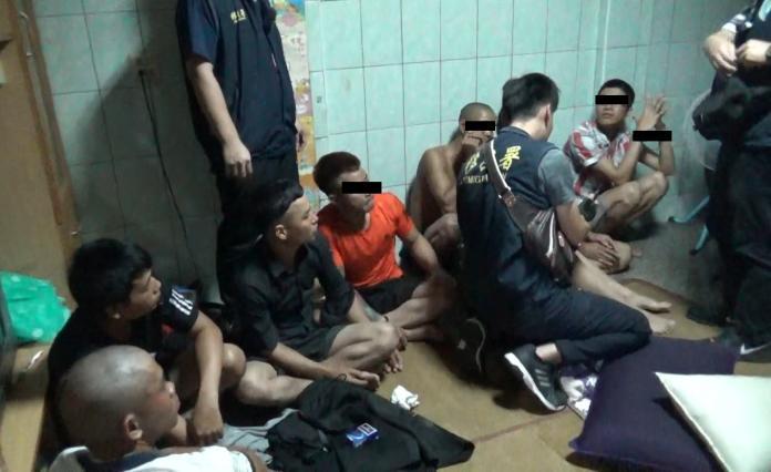 <br> ▲爛醉的8名移工被查獲,個個一臉茫然、不知所措。(圖/記者陳聖璋翻攝)