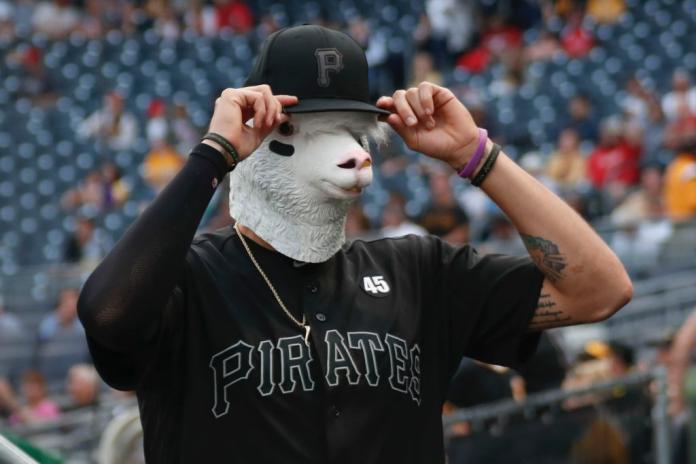 海盜隊投手Joe Musgrove 搞怪戴面具上陣。(圖/美聯社/達志影像)