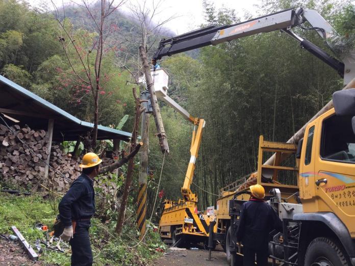 台電嘉義區處對山區用戶因白鹿颱風停電,即時派員在風雨中完成搶修。