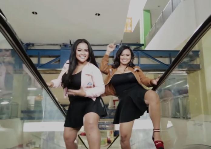 <br> ▲印尼女子團體「西瓜二重唱」(Duo Semangka)今年發表新歌曲《Mantul Mantul》,MV 中成員們開心晃動「胸前兩粒西瓜」,令粉絲看了頭暈目眩 。(圖/翻攝自 Youtube)