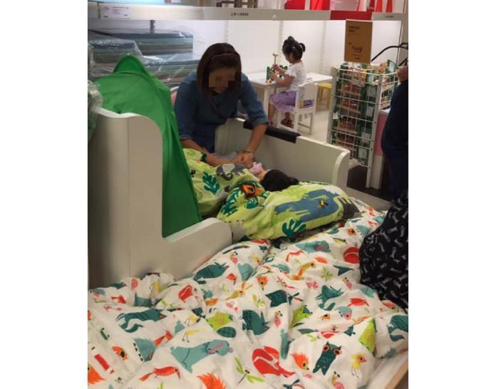 ▲超狂!大媽在 IKEA「棉被上換尿布」,眾人傻眼:公德心呢?(圖/翻攝自臉書社團爆怨公社)
