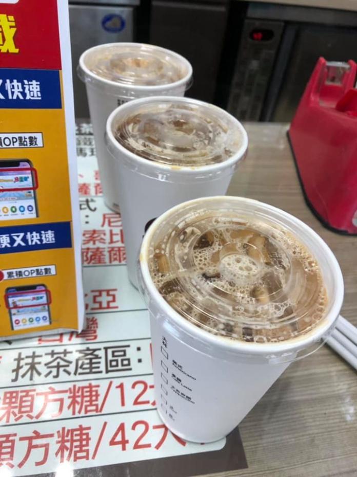 <br> ▲店員聽完後不禁疑惑問道「所以兩杯都半糖嗎?」,結果客人竟回「不是喔!中冰拿要 1.5 的糖,中熱拿要 0.5 的糖!」。(圖/翻攝自《爆廢公社》)