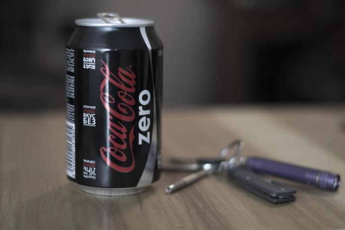 ▲其實可樂瓶為什麼不像牛奶瓶一樣是方的的原因就是一句話,因為「可樂具有內壓,所以圓柱體可以承受較高的應力」。(示意圖/翻攝自 pixabay )