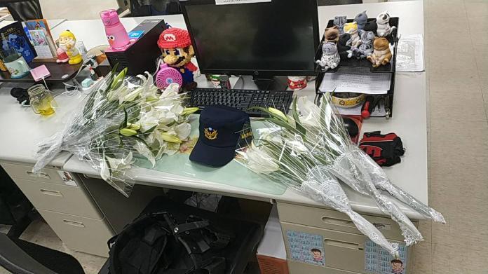 慟!勇警追毒犯殉職 辦公桌擺滿花束:原訂年底要結婚