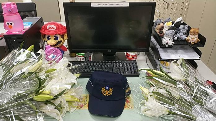 ▲薛警的座位佈滿同任送他的花束。(圖/汐止分局提供)