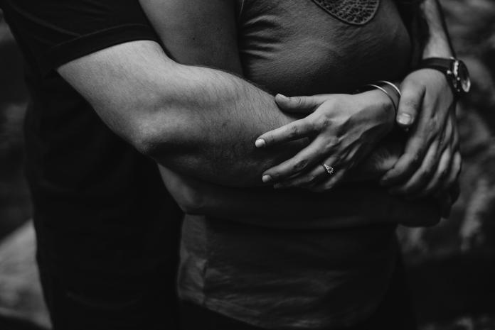 ▲一名女子從夜景圖看到亮點,秒逮男友偷吃閨蜜。(示意圖/圖中非當事人,取自