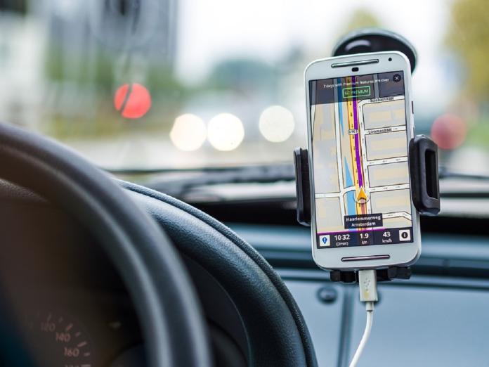 ▲現代人出門在外常常依靠導航來找尋地點,但無奈導航對手機來說非常耗電,因此有可能導到一半電量就不足亦或是就直接沒電「關機」,那不知道路的情況下就非常尷尬。(示意圖/翻攝自 pixabay )