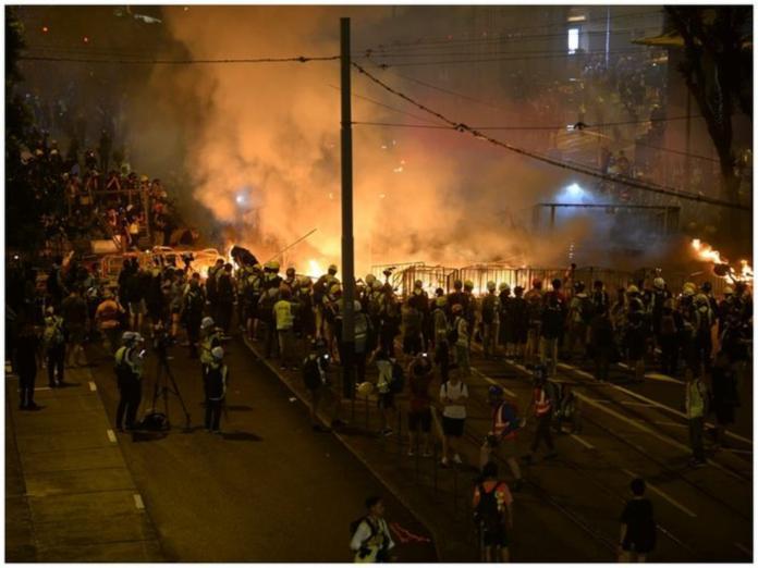 ▲示威者在警總外放火燃燒雜物,濃煙直竄天際。(圖/巴士的報)