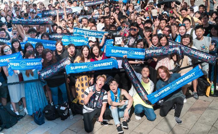 ▲(前排由左至右)主唱Sunny、貝斯手CK、鼓手阿達、吉他手阿雞,與歌迷合照。(圖/公關照)