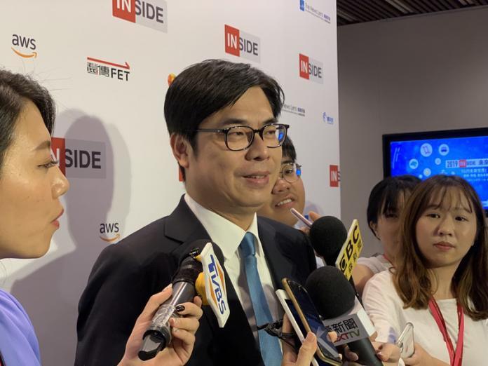 行政院副院長陳其邁(中)23日出席INSIDE未來日發表「5G與台灣產業鏈的緊密關係」演說,會前受訪表示,5G對台灣資通訊產業相當重要,尤其在半導體和未來的應用服務,台灣都有很強的實力。中央社記者吳家豪攝 108年8月23日
