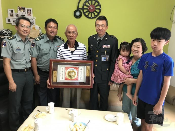 ▲ 軍備局205廠表揚模範父親邱天長。(軍備局205廠提供)