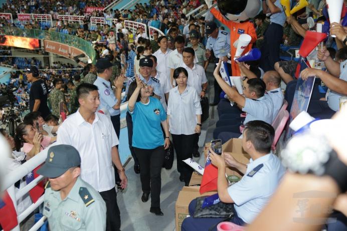 ▲ 蔡總統走上觀眾席,親切與官兵互動。(軍聞社記者李忠軒攝)
